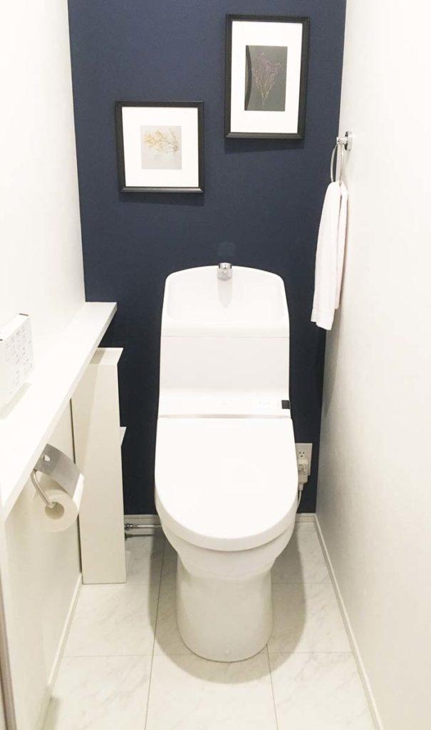 ネイビーのアクセントクロスのトイレ