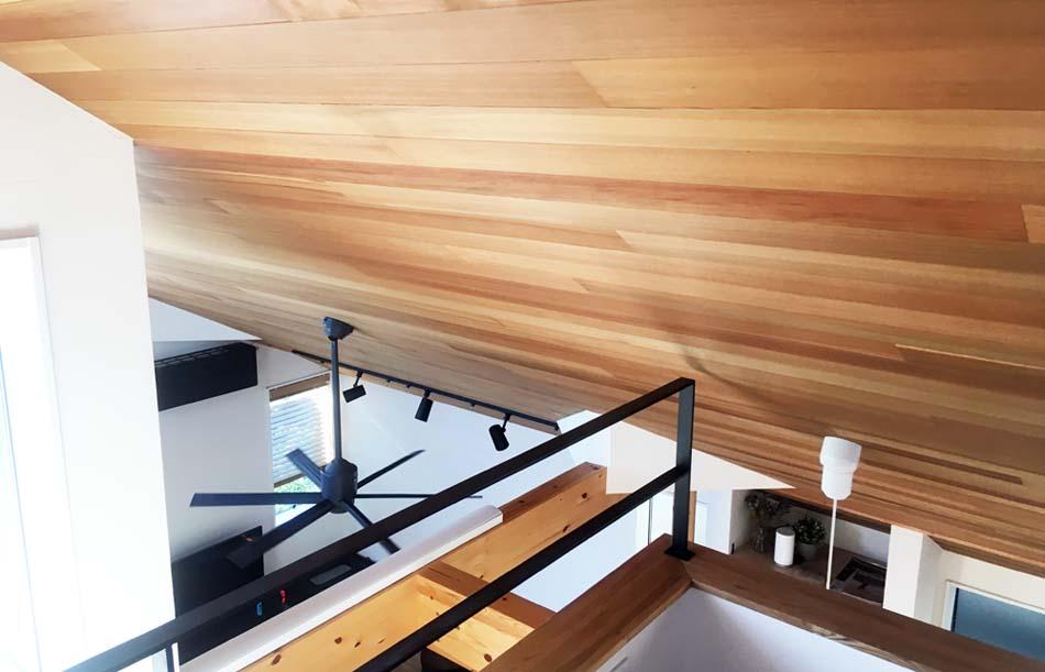 天井のレッドシダー板張り