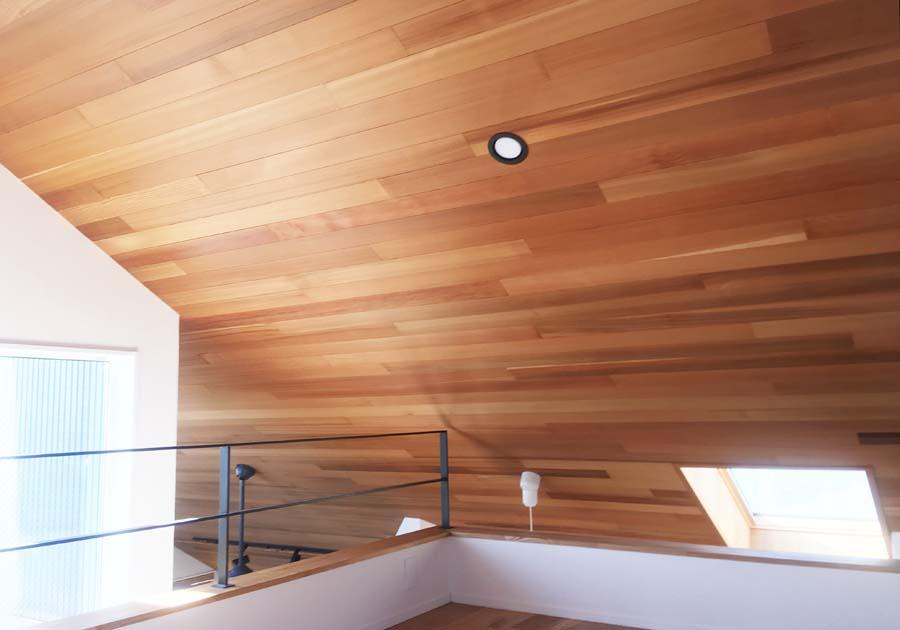 ロフトの板張り天井