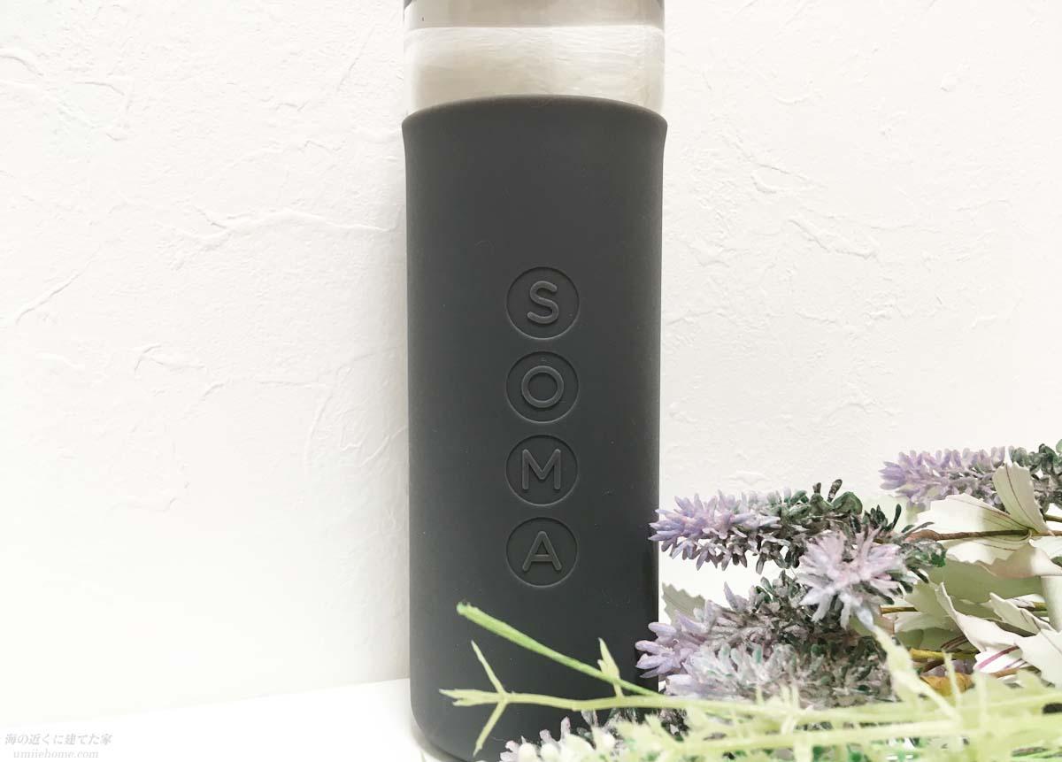 SOMAグラスウォーターボトルのスリーブ部分のロゴ